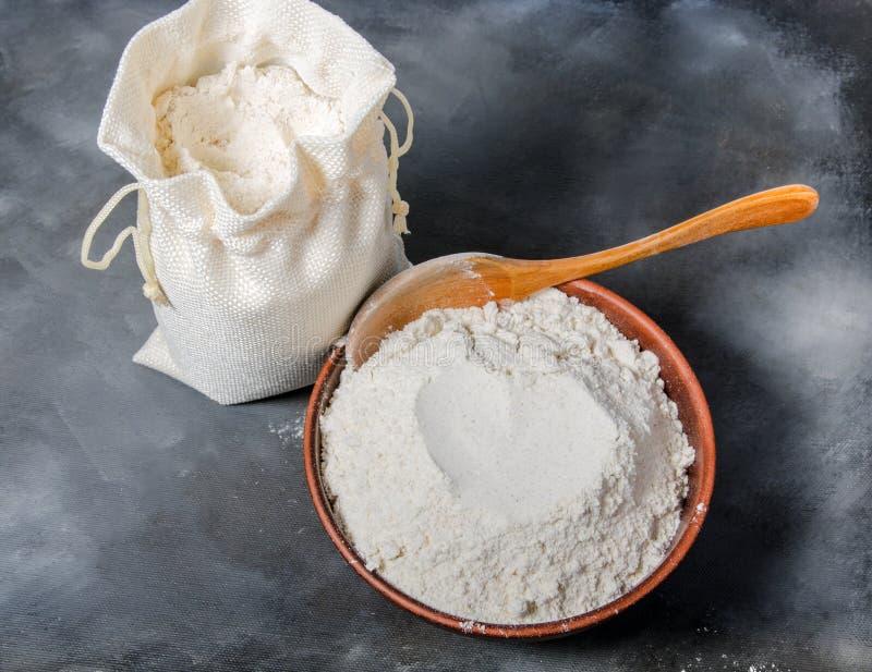 在碗的谷物面粉 库存图片