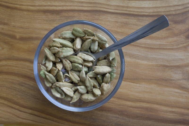 在碗的豆蔻果实种子 免版税库存照片