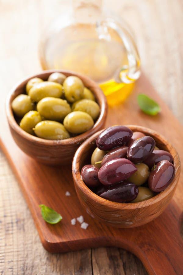 在碗的黑和绿色用卤汁泡的橄榄 库存图片