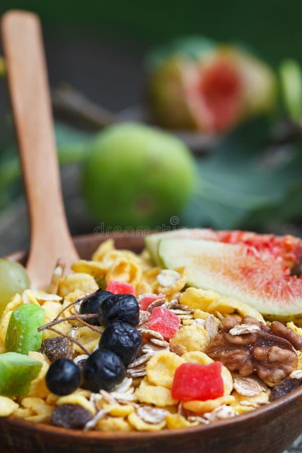 在碗的Muesli用新鲜的无花果、莓果、种子和坚果 免版税图库摄影