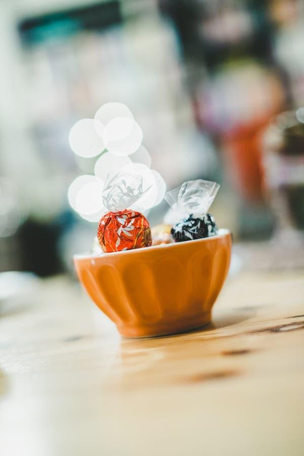 在碗,圣诞节打过工,模糊的背景的甜点 免版税库存图片