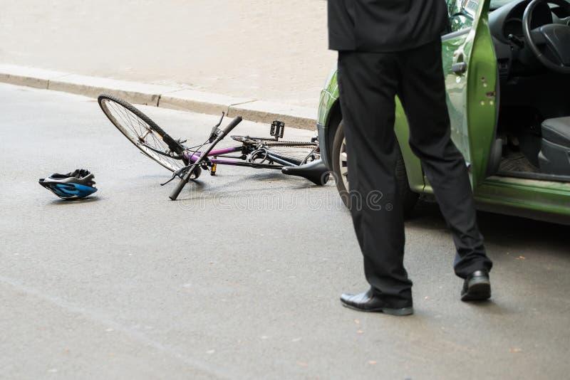 在碰撞以后的司机与自行车 库存图片