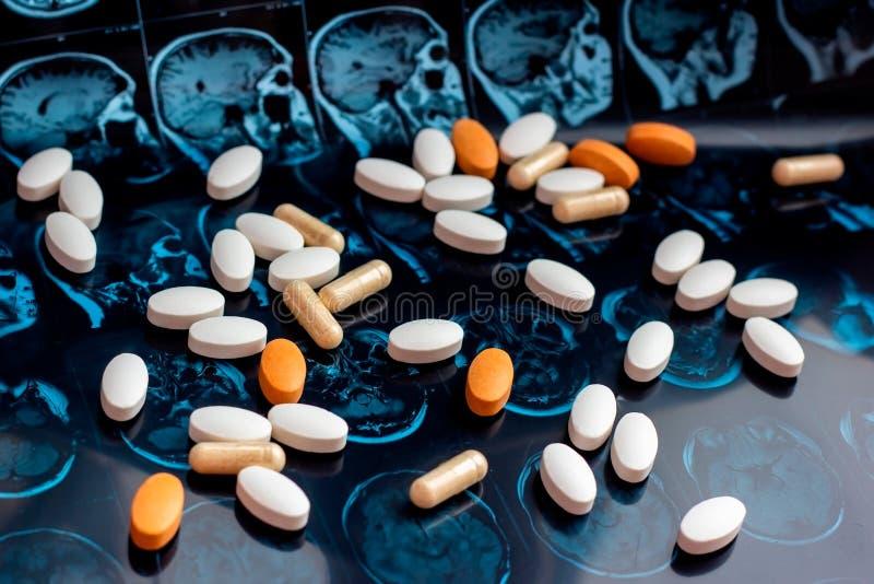 在磁性脑子共鸣扫描mri背景的不同的配药医学药片 药房题材,医疗保健 免版税图库摄影