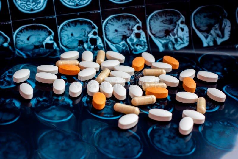 在磁性脑子共鸣扫描mri背景的不同的配药医学药片 药房题材,医疗保健 免版税库存图片