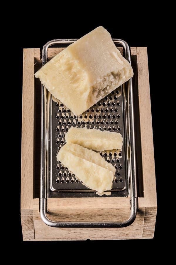 在磨丝器的帕尔马干酪 免版税库存照片