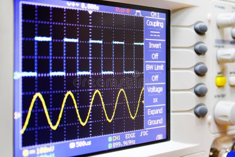 在示波器的波浪 免版税库存图片