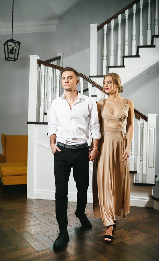 在礼仪衣裳的可爱的夫妇 免版税库存照片