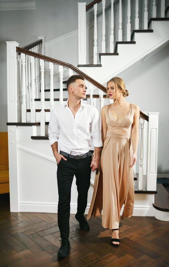 在礼仪衣裳的可爱的夫妇 免版税图库摄影