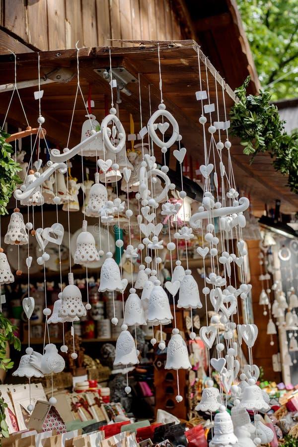 在礼品店卖的陶瓷白色响铃在春天市场 免版税库存图片