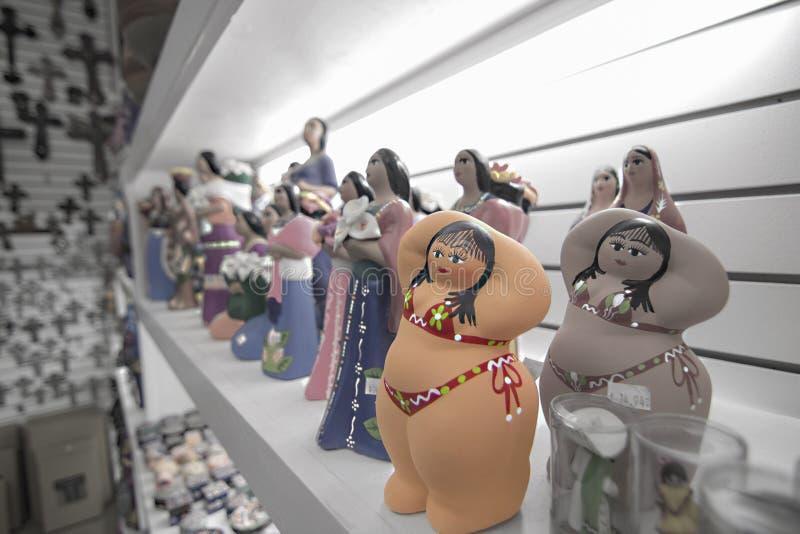 在礼品店的一个逗人喜爱的肥胖女孩雕象 免版税库存照片
