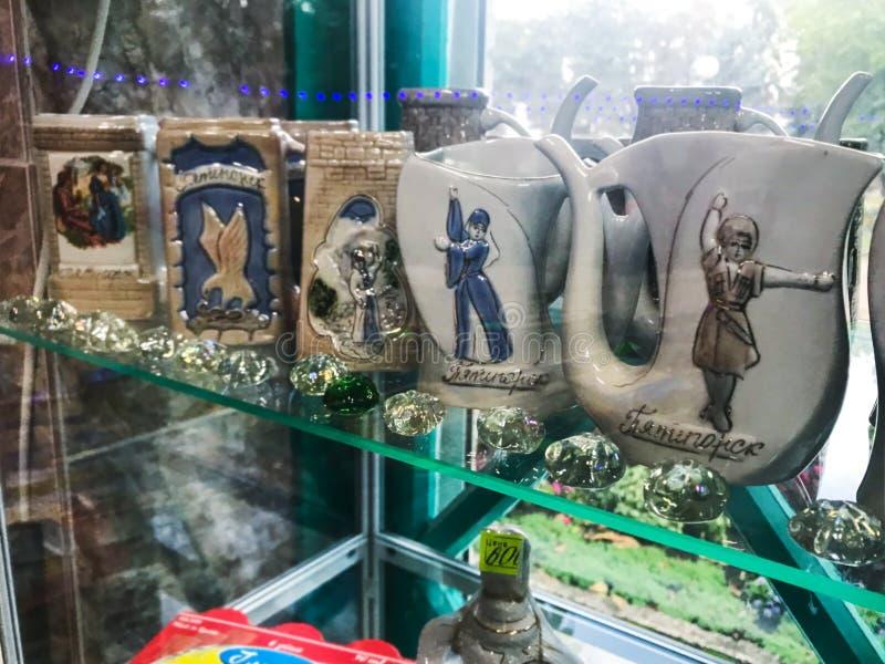 在礼品店的地方纪念品陶瓷在Pyatigorsk 库存照片
