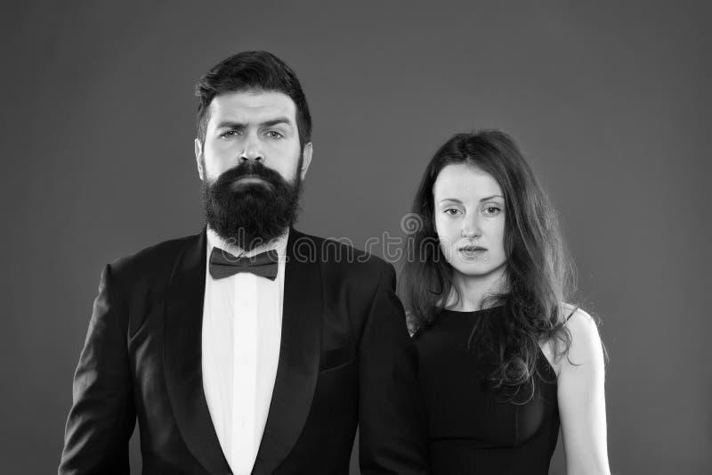 在礼服的典雅的夫妇 : 正式时尚 在爱的浪漫企业夫妇 庆祝党 ? 库存照片