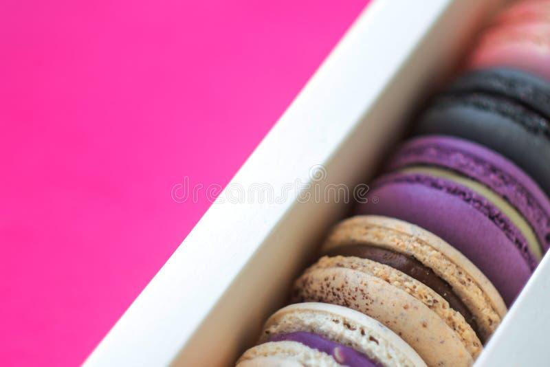 在礼物盒的五颜六色的macarons,被分类的颜色 库存图片