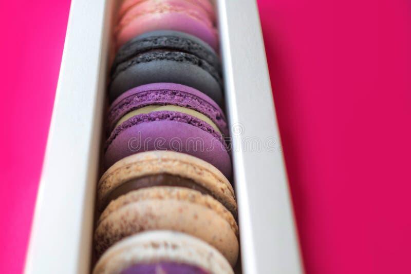 在礼物盒的五颜六色的macarons,被分类的颜色 库存照片