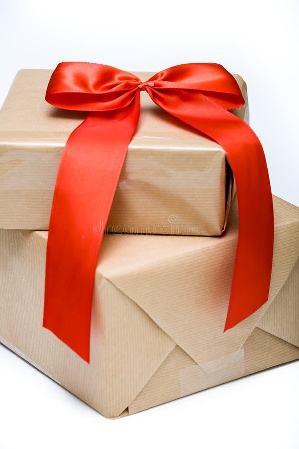 在礼物盒的红色弓 免版税库存照片
