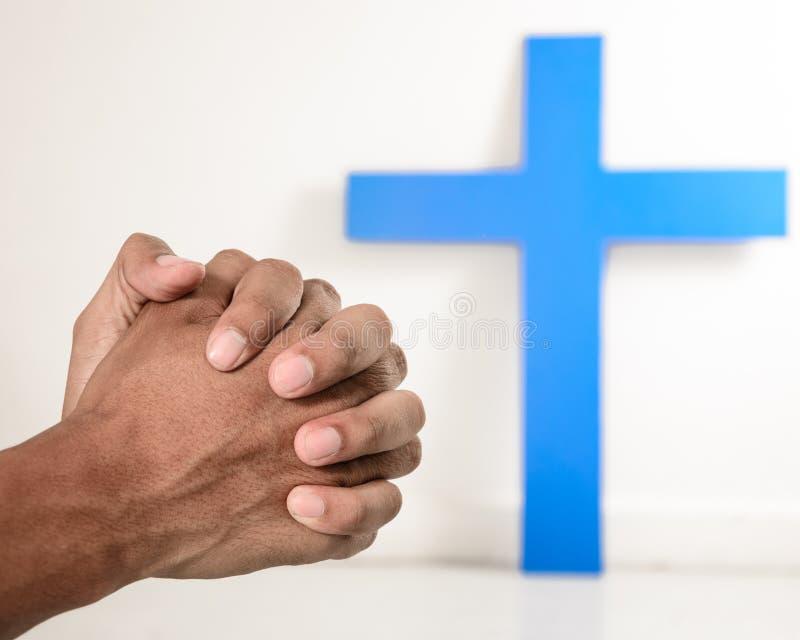 在祈祷的行动的手 免版税库存图片