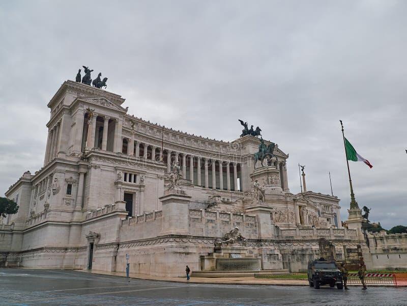 在祖国的法坛,亦称国家历史文物附近的警察对胜者伊曼纽尔II 意大利罗马 图库摄影