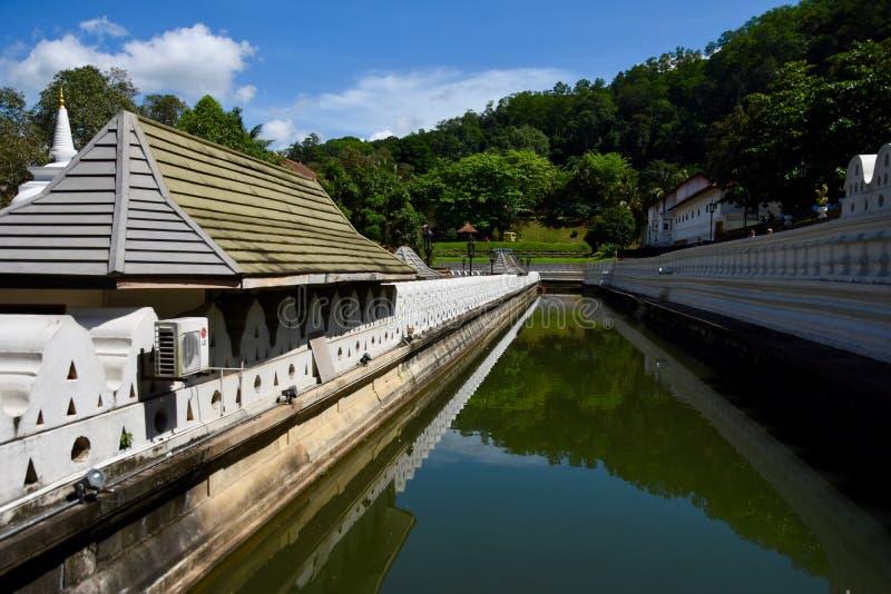 在神圣的牙遗物附近寺庙的护城河  图库摄影