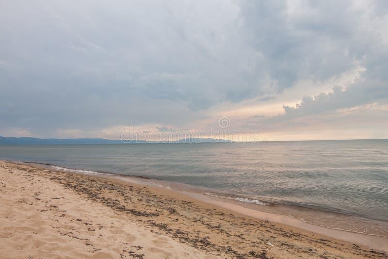 在神圣的贝加尔湖的海滩 免版税库存照片
