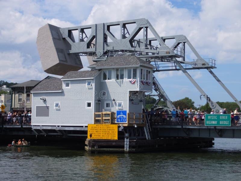 在神秘主义者,康涅狄格的神秘的河开启桥 免版税库存照片