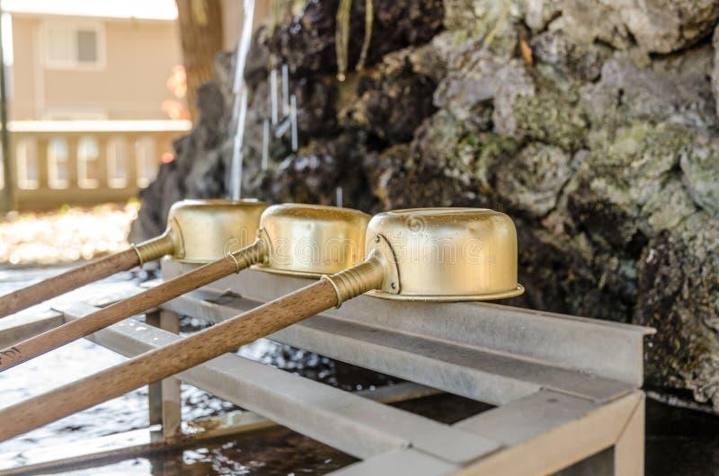 在神道圣地和佛教寺庙,日本的洗净低谷 库存图片