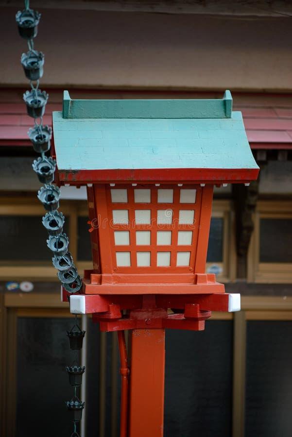 在神道圣地, Nobeoka,日本的五颜六色的木灯笼 免版税库存照片