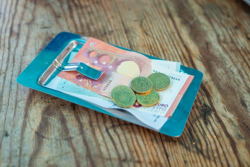 在票据的付款在一块板材的一个咖啡馆在一张木桌上 免版税库存照片