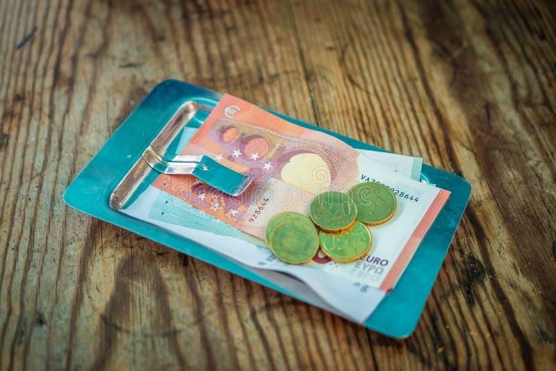 在票据的付款在一块板材的一个咖啡馆在一张木桌上 免版税图库摄影