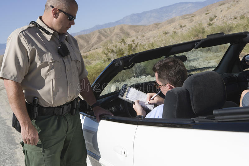 在票的人文字与交通官员支持的汽车 库存图片
