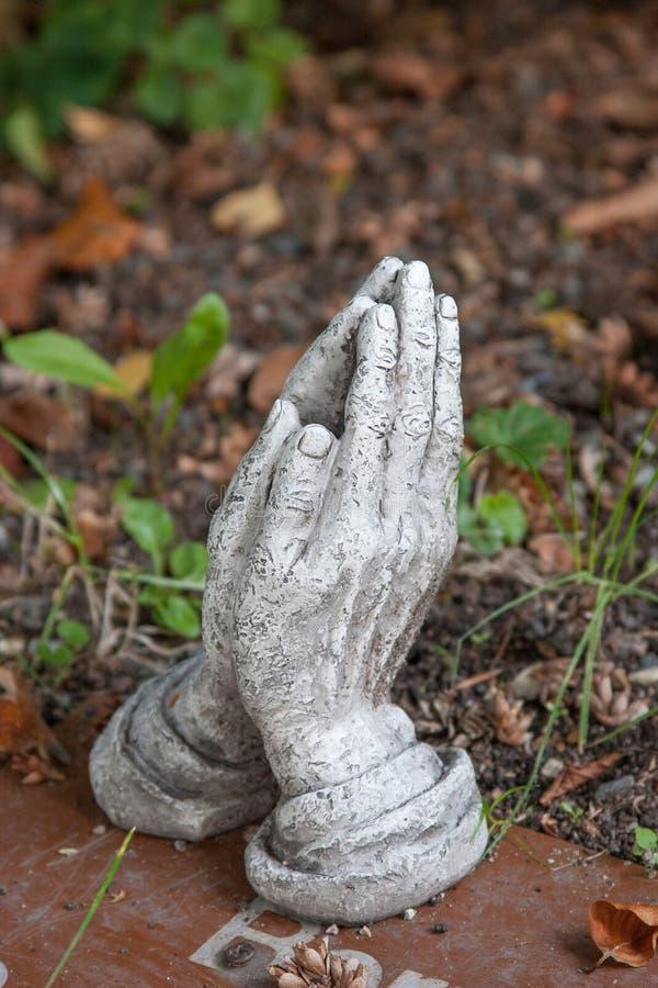 在祷告折叠的手 免版税库存照片
