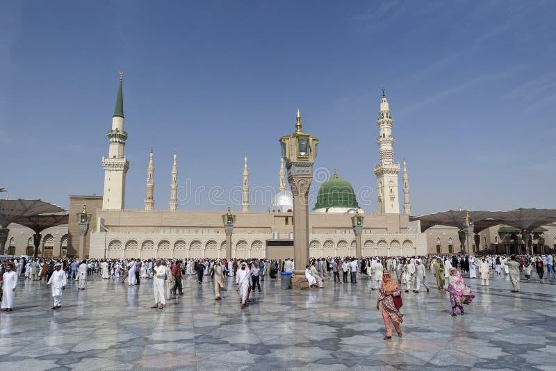 在祷告穆斯林以后的Nabawi清真寺,麦地那,沙特阿拉伯 库存图片