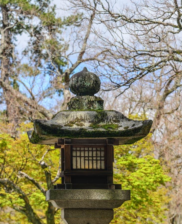 在禅宗庭院的日本石灯笼 免版税库存照片