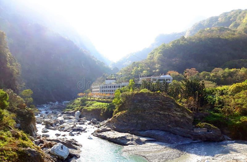在福摩萨海岛山上的小村庄上流 库存图片