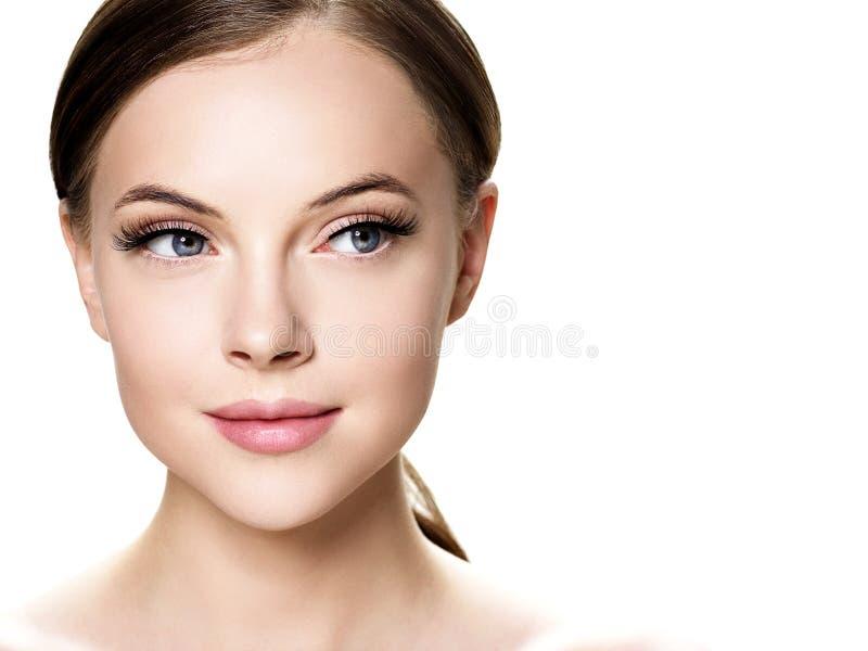 在秀丽健康皮肤自然构成闭上了眼睛前后,与睫毛的美女面孔抨击引伸 免版税库存图片