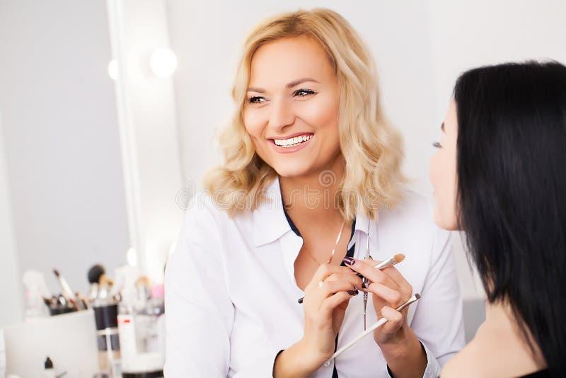 在秀丽商店组成应用面粉的艺术家于一名顾客 图库摄影