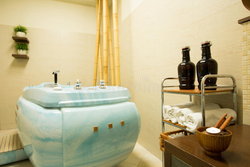 在秀丽手段的极可意浴缸 库存图片