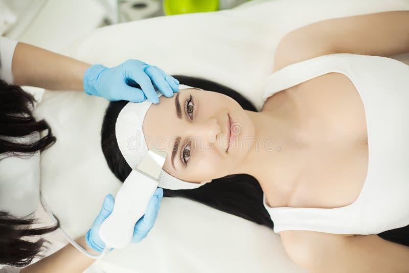 在秀丽温泉的女孩享受皮肤疗法使用当前tre 库存图片