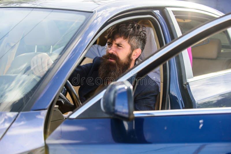 在私人车辆的禁止吸烟 司机抽烟的香烟 放松的分钟 商人疲乏在坚硬交涉以后 库存照片