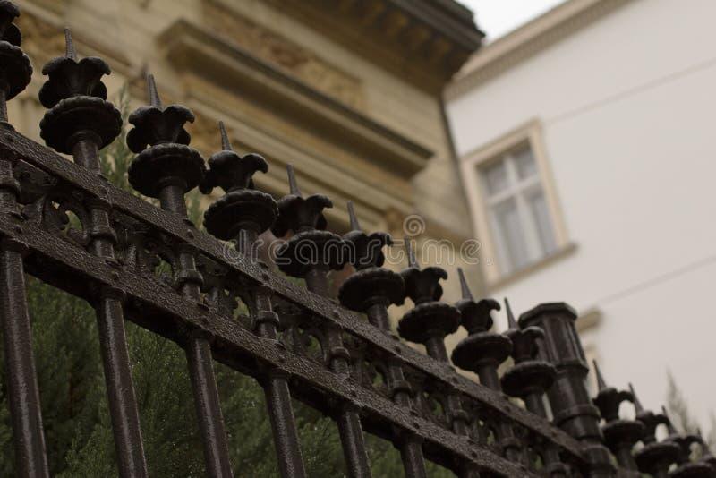 在私有大厦附近金属化篱芭在利沃夫州 免版税库存图片