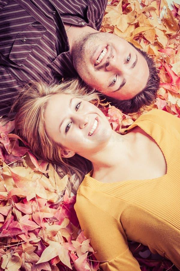 在秋天叶子的夫妇 库存照片