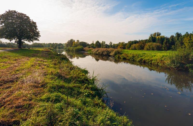 在秋天季节的狭窄的荷兰河标记 免版税图库摄影