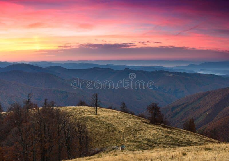 在秋天山的五颜六色的日出 免版税库存图片