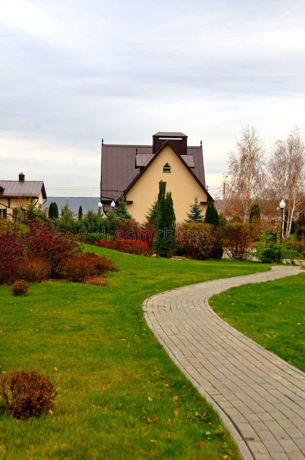 在秋天庭院道路选择聚焦附近的村庄 库存照片