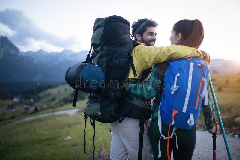 在秋天期间用棍子,背包徒步旅行者结合远足 免版税库存照片