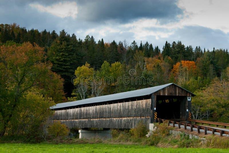 在秋天期间的老被遮盖的桥在新英格兰 免版税库存图片
