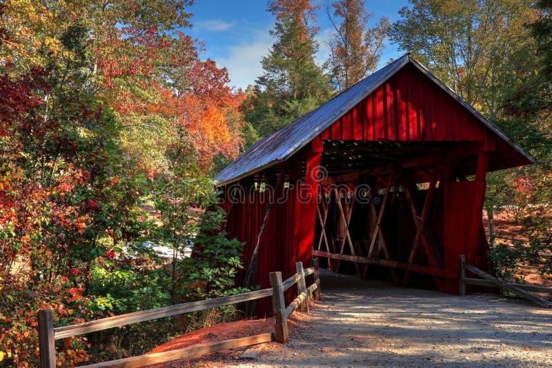 在秋天期间的坎伯` s被遮盖的桥 库存照片
