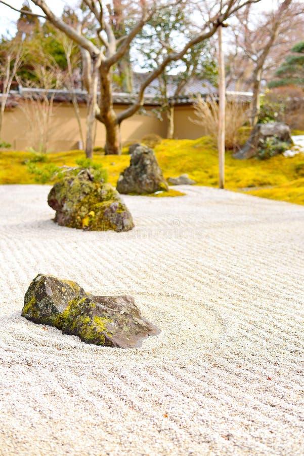 在秋天期间的美丽的假山花园在松岛 免版税库存图片