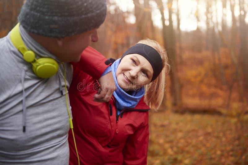 在秋天期间的跑步的时间 库存照片