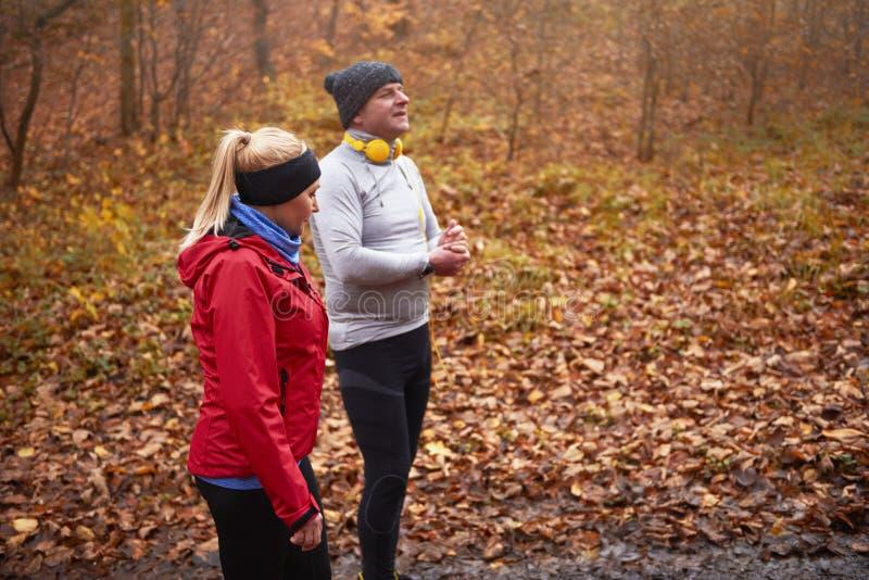 在秋天期间的跑步的时间 免版税图库摄影