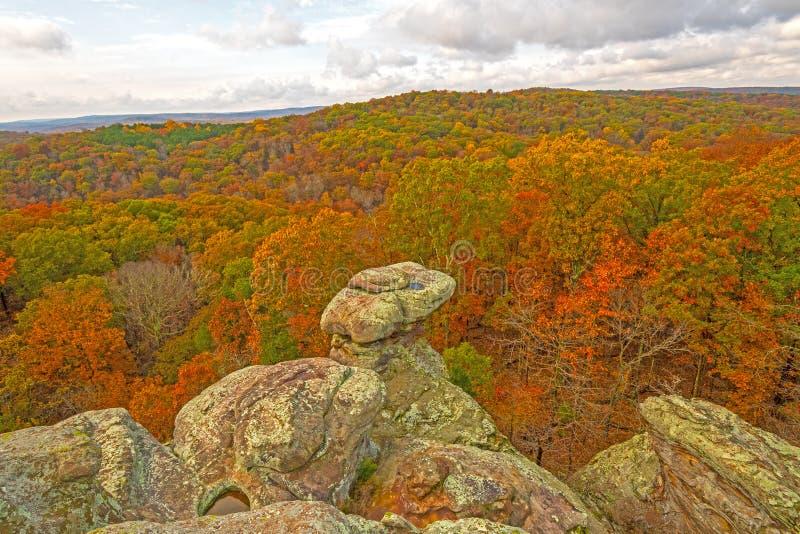 在秋天森林上的岩石露出 库存照片
